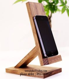 Diy Phone Stand, Wood Phone Stand, Wooden Phone Holder, Cell Phone Holder, Small Wood Projects, Diy Craft Projects, Accessoires Iphone, Woodworking Projects, Woodworking Clamps