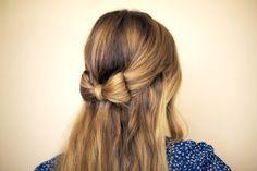 Auf folgende Seite finden Sie eine Anleitung für eine wunderschöne Frisur. Hier erkennen Sie, wie kann man eine Schleife aus Haaren machen.