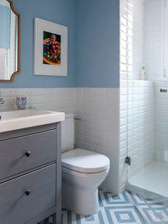 Baño con ducha en Madrid. Zócalo de azulejo metro blanco y pared pintada en color azul. Baldosa con estampado blanco y azul. Puerta blanca plafonada con tiradores dorados. Mueble de baño Hemnes de IKEA. Proyecto de reforma e interiorismo de R de Room. #baños #bañospequeños #bañosmodernos #bañoazul #ideasbaños #baths #bathrooms Laundry In Bathroom, Small Toilet Room, Small Bathroom, Small Bathroom Plans, Bathroom Plans, Bathroom, Ikea Bathroom, Bathroom Design, Bathroom Decor