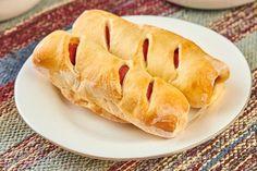 Parówki w cieście francuskim to smaczna przekąska na ciepło, którą przygotujemy w kilka chwil. Najlepiej skorzystać z gotowego ciasta francuskiego, które jest t... Hot Dog Buns, Hot Dogs, Bread, Food, Brot, Essen, Baking, Meals, Breads