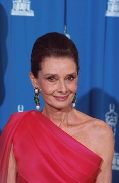 Audrey Hepburn photographed backstage at the Annual Academy Awards, held at the Dorothy Chandler Pavilion, in Los Angeles, California, on March Audrey Hepburn Old, Audrey Hepburn Pictures, Audrey Hepburn Quotes, Ageless Beauty, British Actresses, Vogue Magazine, My Idol, Hollywood, Academy Awards
