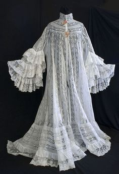 Ruffled lace and cotton peignoir, c.1905, from the Vintage Textile archives. Lace Outfit, Historical Costume, Historical Clothing, Night Gown Vintage, 1900s Fashion, Edwardian Fashion, Vintage Fashion, Vintage Outfits, Vintage Costumes