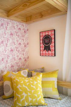 Decora Rosenbaum Temporada 2 - Quarto de Meninas. Composição almofadas amarelas. Foto: Felipe Felco Valle