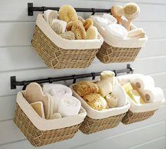 Astuce rangement petite salle de bain : paniers accrochés au mur