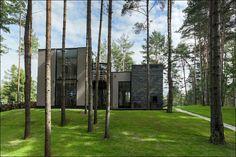 В лесу, загородный дом