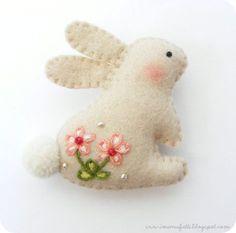 Kijk wat ik gevonden heb op Freubelweb.nl: een gratis patroon van I ManuFatti om dit leuke konijn van vilt te maken https://www.freubelweb.nl/freubel-zelf/zelf-maken-met-vilt-konijn/