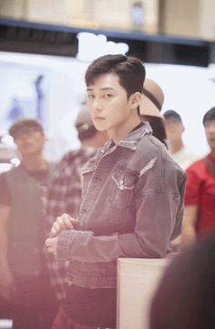 Seo Joon 👀✨ Please don't stare at me like that! Drama Korea, Korean Drama, Fight My Way Kdrama, Oppa Gangnam Style, Song Joong, Park Seo Joon, Park Bo Gum, Jung Hyun, Park Hyung Sik