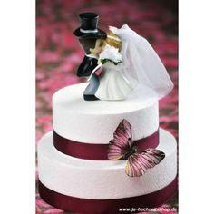Kleines süßes Brautpaar, welches sich liebevoll küsst.