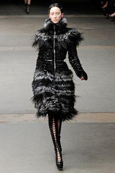 Alexander McQueen Fall 2011 Ready-to-Wear Fashion Show - Alana Zimmer (Elite)