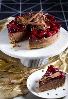 Voor deze chique chocoladetaart met kersen houden we graag ruimte vrij… Smelt de boter. Verkruimel de volkorenbiscuits en meng ze met de gesmolten boter. Bedek ... Cupcakes, Cake Cookies, Cupcake Cakes, Bake My Cake, Pie Cake, Chocolate Pies, Chocolate Cheesecake, Baking Recipes, Cake Recipes