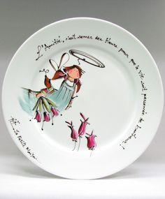 Assiette ronde : : Ange Amilia : : L'ANGE DE L'AMITIÉ  *** Produit peint à la main. Painted Pottery, Pottery Painting, Ceramic Painting, Sharpie Designs, Mud Pie, Stained Glass, Glass Art, Tea Cups, Decorative Plates