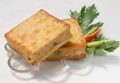 Ibu masih ingatkah anda dengan jajajan sewaktu kecil dulu? Itu lho jajanan kue crackers yang didalamnya ada berbagai macam isian. Ya, kue gabin merupakan salah satu jajanan pasar tradisional yang sudah ada sejak jaman dulu. Jika pada jaman dulu ku... Breakfast Bites, Breakfast Recipes, Kids Meals, Easy Meals, Indonesian Food, Indonesian Recipes, Traditional Cakes, Ramadan Recipes, Asian Desserts