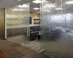Bridgepoint by ID Studios, who chose WILLOW pattern by Nathan Allan Glass Studios Inc for the frameless glass doors and walls of their conference room. Slumped Glass, Kiln Formed Glass, Glass Partition, Privacy Glass, Room Doors, Glass Texture, Wooden Doors, 3d Design, Architecture