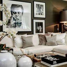 Wohnzimmer mit schwarz weißer Fotocollage aus drei Fotos