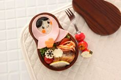 If you go to the website there are step by step instructions on how to create this cute bento.