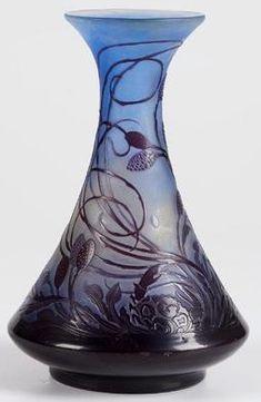 """Emile GALLE (1846-1904), vase """"Crabe et algues"""" en verre doublé brillant et satiné de couleur prune, jaune et bleue. Il repose sur une base à talon de forme balustre, le col cintré et évasé. Il est décoré d'une scène de fond marin représentant un crabe parmi des laminaires, signé. Hauteur : 24,2 cm."""