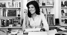 Susan Sontag en su mesa de trabajo