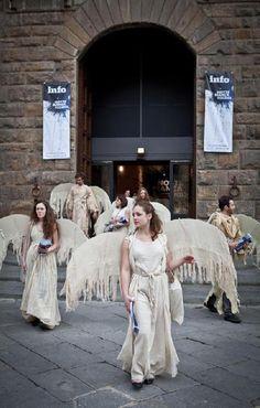 Gli `angeli` della Notte Bianca distribuiscono il programma degli eventi in centro
