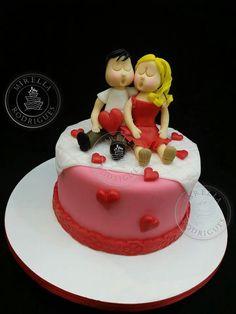 Mini bolo Casal Apaixonado para o dia dos Namorados. Encomendas:  whatsapp-81-989403030 mirellacakefactory@gmail.com www.mirellarodrigues.com facebook.com/mrcakefactory