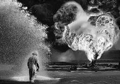 Sprays químicos protegem o trabalhador contra o calor das chamas. Greater Burhan, Kuwait. 199 Projeto: Trabalhadores ©Sebastião Salgado