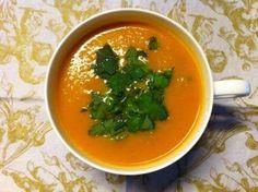 Wortel soep met gember en kurkuma      1 kilo wortels     1 grote ui     1 rode spaanse peper     3 tenen knoflook     1 stuk verse gemberwortel, ter grootte van je duim     1,5 liter groentebouillon van blokje     2 tl. komijn     2 tl. kurkuma     2 tl. kerrie     bosje verse koriander     Sap van halve limoen     Zout en eventueel wat chilipoeder