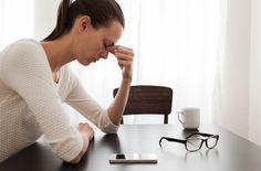 Ofte kan man ikke se på folk, at de lider af kroniske smerter, selvom de lever i smertehelvede. Der findes et hav af sygdomme og skader, der kan give store smerter, som kommer og går. Fx kan folk med gigtsygdom Fibromyalgi, der giver smerter i musklerne, træthed og nedsat fysisk udholdenhed, virke helt almindelige og friske det ene øjeblik, mens de det næste øjeblik kan være lammede af smerter.