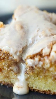 Easy Cinnamon Roll Cake: would have been delicious if I had stirred topping into batter more before baking. Result is coffee cake-like 👍 Cake Mix Desserts, Köstliche Desserts, Dessert Recipes, Spice Cake Mix Recipes, Recipes Using Cake Mix, Box Cake Recipes, Sheet Cake Recipes, Sheet Cakes, Cinnamon Cake