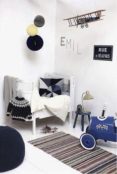 Se hvordan man kan indrette et fint drengeværelse til den lille dreng i grå, blå og gule nuancer.