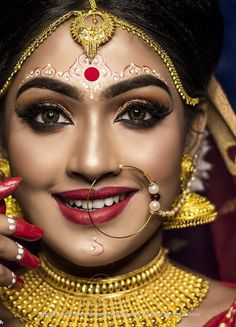 Indian wedding photography for bridal makeup and bridal looks. Desi bride looks are always awesome. Bengali Bridal Makeup, Bridal Makeup Looks, Bridal Hair And Makeup, Bridal Looks, Indian Makeup, Bengali Bride, Desi Bride, Bengali Wedding, Wedding Jewellery Images