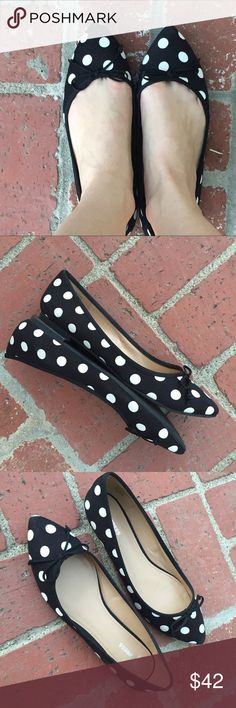 EXPRESS polka dot FLATS BLACK WHITE SZ 9 skimmers I mean, can you get any cuter?! Black and white polka dot FLATS by EXPRESS, in near perfect condition SZ 9. With bow detail, grosgrain trim. (Au9) Express Shoes Flats & Loafers