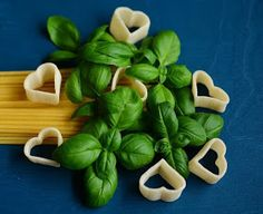 Medicinal uses for sweet basil. Basil is an anti-inflammatory and antibacterial herb that is easy to use and gives amazing health benefits! Fresh and dried basil uses. Best Anti Inflammatory Foods, Basil Health Benefits, Natural Flu Remedies, Healthy Herbs, Healthy Food, Yummy Food, Wild Edibles, Growing Herbs, Medicinal Plants