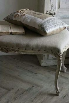 linen and beautiful lines♥ Inspiration for a new pillow creation! French Country Bedrooms, French Country House, French Farmhouse, Linens And Lace, French Decor, Shabby Chic Style, Soft Furnishings, Decoration, Painted Furniture