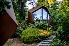A Small Geometric Wood Cabin Was Designed As A Backyard Home Office Backyard Cabin, Backyard Office, Garden Office, Cabin Design, Wood Design, House Design, Cabins In The Woods, House In The Woods, Hello Wood