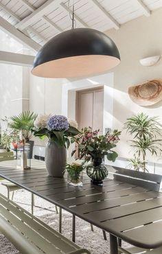 5 idées à piquer à cette terrasse couverte très déco - Côté Maison Pergola, Vase, Table Decorations, Furniture, Home Decor, Courtyards, Terraces, Decoration Home, Room Decor