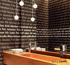 Com papel de parede com nomes das principais capitais do mundo, bancada e cuba de madeira, um charme!!