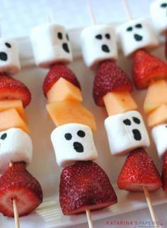 75+ Spooky Halloween Party Food Recipes Which Are Fun & Exciting - Recipe Magik Halloween Desserts, Halloween Appetizers For Adults, Comida De Halloween Ideas, Halloween Torte, Halloween Fruit, Creepy Halloween Food, Scary Food, Hallowen Food, Healthy Halloween Treats
