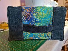 Pochette Cachôtin en jean et imprimé coloré cousue par Isabelle - Patron Sacôtin