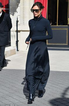 Victoria Beckham slips into slinky hooded dress for lunch in Paris - Stylish: The mother-of-four was effortlessly chic in the slinky frock, which skimmed her slim frame - Fashion Mode, Fashion 2018, Look Fashion, Paris Fashion, Victoria Beckham Outfits, Victoria Beckham Style, Mode Outfits, Fashion Outfits, Fall Outfits