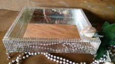 Bandeja espelhada com pés de metal. Por Ateliê Arts Bell Figueiredo