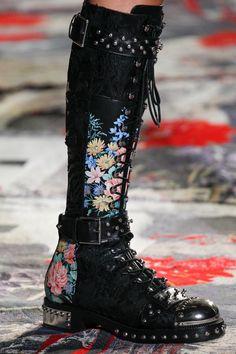 Alexander McQueen Spring 2017 Ready-to-Wear Fashion Show Details #repinnedbyNikiKaliakatsou
