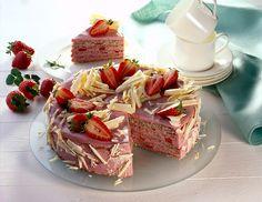Erdbeer-Mohntorte Mohntorte mit einer sahnigen Erdbeer-Joghurt-Creme und weißer Schokoladendekoration