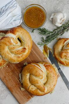 Roasted Garlic, Rosemary, and Cheddar Stuffed Pretzels Recipe Delicious Appetizers, Yummy Food, Stuffed Pretzels, Tapas, Homemade Pretzels, Muffin Bread, Our Daily Bread, Fresh Bread, Game Day Food