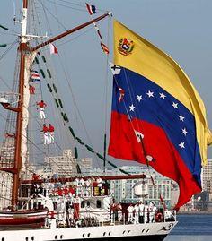 El buque Escuela Simón Bolívar izando la Bandera Nacional tricolor, orgullo de…