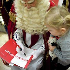 Bram van der Vlugt signeert zijn boek Sinterklaas Bestaat!
