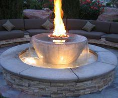 Garten-Wasserbrunnen-Feuer-Stein-Fassade-Sofas-Kissen1