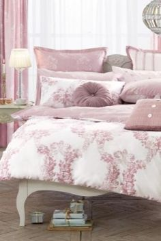 Damask in all it's glory. Bedroom décor with flare.