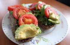Meergranenbrood met hummus, avocado en tomaat