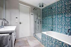 Koupelna je dostatečně prostorná. Vešla se sem vana (Villeroy & Boch) i sprchový kout (Hüppe) a nechybí ani klozet. Stejně jako ostatní vybavení je umyvadlo Catalano doplněno baterií Grohe. Podlaha je vyhřívaná