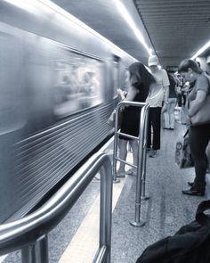Metrô em movimento, cidade cinza - São Paulo /SP