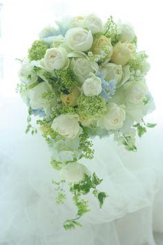 春から夏へ移り変わり季節のこの時期のブーケ。白とレモンイエローとライムグリーン。ではお疲れ様でした!はや!はやいですよ。なんかもう日食見てたのはついさっき... Beautiful Bouquet Of Flowers, Bride Flowers, Beautiful Flowers, Wedding Flowers, Wedding Flower Arrangements, Wedding Centerpieces, Floral Arrangements, Wedding Bouquets, Floral Wedding